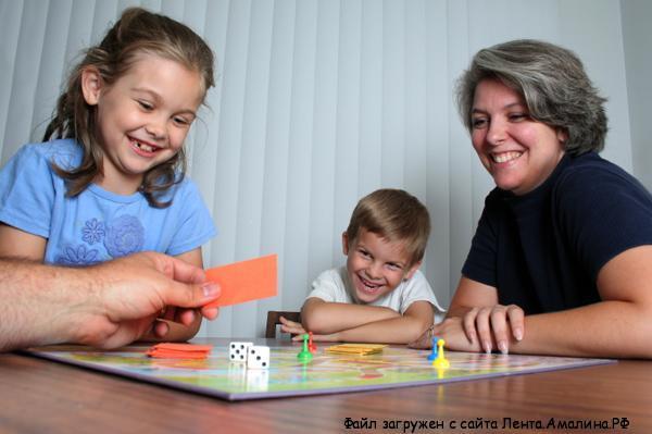 ребенок играет в настольные игры