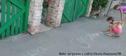 """Маленькие жители Гумрака """"объявили войну""""  парковщикам на тротуарах"""